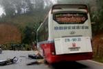 Ngã ra đường sau va chạm, người phụ nữ bị xe khách cán chết