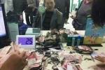 Hớt hải vác 2 túi tiền bị đốt cháy sém đến ngân hàng cầu cứu