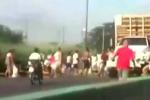 Clip: Quá đói, dân Venezuela đổ xô đi chặn xe tải, cướp gà