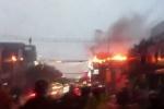 Kinh hoàng đường dây điện cháy nổ rừng rực giữa trời mưa ở TP.HCM