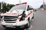 Xe cứu thương chở thi thể tông 4 ô tô dính chặt nhau