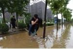 Cô gái cõng bạn trai qua đường lụt gây 'bão' mạng xã hội