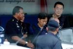 Nghi phạm Triều Tiên mặc áo chống đạn rời khỏi đồn cảnh sát sau khi được thả