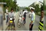 Người vi phạm dùng búa đập nát xe trước mặt CSGT