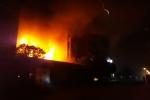 Video: Cháy lớn thiêu rụi nhà xưởng lúc nửa đêm tại Hà Nội