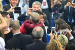 Ứa nước mắt nhìn Sir Alex ôm chầm Ronaldo, chia vui chiến tích lịch sử