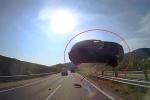 Kinh hãi khoảnh khắc ô tô con bay lên không trung, văng thẳng vào đầu xe khách