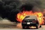 Bố ôm con lao ra khỏi xe hơi bốc cháy giữa Thủ đô