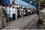 Bất ngờ dừng lưu thông 2 mệnh giá, dân Ấn Độ xếp hàng dài đợi đổi tiền