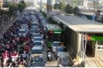 Hàng dài ô tô chặn đầu xe buýt nhanh trên phố Hà Nội