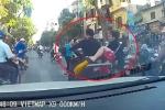 Thanh niên đầu trần đi SH va vào đầu ôtô, đánh rơi bạn gái xuống đường