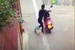 Chủ nhà lao ra cứu 2 chú chó bị cẩu tặc đánh bả giãy giụa trong bao