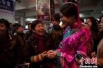 TQ: Mỹ nhân diện cổ trang tặng bạc cho người nghèo