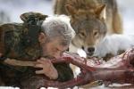 Kỳ lạ người sói cùng đồng loại ăn thịt sống giữa rừng