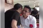 Phản ứng như 'soái ca' của Kiatisak khi được fan nữ tặng hoa ngày Valentine