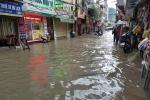 Nhiều nhà dân tại khu phố này, nước tràn vào đến tận bên trong (Ảnh: TG)