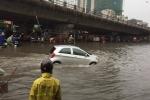 Tại cầu Vĩnh Tuy - Bạch Mai, giao thông đi lại khó khăn. Nhiều người ngao ngán: