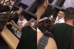 Bị nữ hành khách bạt tai tới tấp, nam nhân viên sân bay vẫn cười tươi