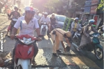 Hành động của chiến sĩ CSGT giữa trời nắng khiến nhiều người xúc động