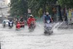 Đón mưa 'vàng', người Sài Gòn bì bõm trên đường ngập
