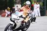 Nữ sinh cảnh sát xinh đẹp lái mô tô phân khối lớn khiến bao chàng trai nể phục