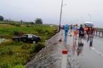 Ô tô tông 2 xe máy rồi lao xuống ruộng, 2 người chết thảm