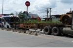 Xe khách và xe container tông dính chặt vào nhau, hành khách la hét hoảng sợ