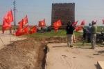 Hải Dương: Dân cắm cờ lập 'chốt' ngăn thi công, 1 phụ nữ bị thương