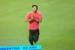 CĐV lao vào sân lau giày, Ronaldinho vái lạy Messi