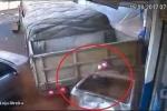 Xe tải chèn nát ô tô con, tông sầm vào cửa hàng ven đường