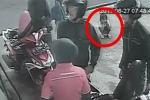 Video: Mải đổ xăng, bố mẹ bất cẩn để con gái bị ô tô chèn qua người