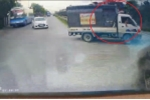 Cố lao qua đường ray trước mũi tàu hỏa, tài xế xe tải bị đuổi khỏi ghế lái