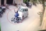 Cướp lao xe máy chặn đầu ô tô, bị gái trẻ 'cao tay' dạy bài học nhớ đời