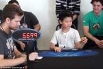 Clip: Thán phục bé 7 tuổi giải rubik bằng 1 tay trong 27 giây