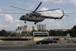 Video: Trực thăng quân sự Nga bay sát nóc ô tô gây sốc