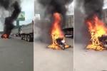 Xe máy đang chạy bỗng bốc cháy ngùn ngụt ở Bình Dương