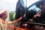 CSGT cẩu xe về trạm, nữ tài xế vẫn cố thủ trong ô tô
