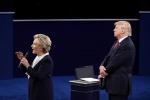 Video: Trump luẩn quẩn như 'ma đói' sau lưng Clinton trong tranh luận bầu cử Tổng thống Mỹ