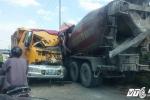 Xe tải đâm nát đầu xe bồn, 2 tài xế nguy kịch