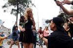 Chàng trai Việt nhảy cầu hôn cô gái Tây hơn 7 tuổi ở Sài Gòn