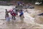 Thót tim xem dân Điện Biên dùng gậy khiêng xe máy qua lũ dữ