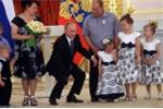Clip: Tổng thống Putin bối rối, vụng về dỗ dành bé gái khóc nhè