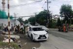 Người dân nâng đầu ô tô cứu người phụ nữ mắc kẹt dưới gầm xe