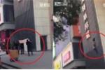Cảnh sát Trung Quốc 'hứng' người phụ nữ tự tử bằng... gỗ ván