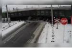 Video: Xe tải cố tình lao qua gây tai nạn thảm khốc giữa đường sắt