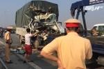 Đâm vào xe ben, xe tải nát đầu, tài xế chết tại chỗ