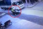 Xe tải mở cửa bất cẩn, người đi xe máy ngã văng ra đường