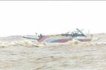 Vào bờ tránh lũ, một tàu cá ở Quảng Bình bị sóng đánh chìm