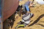 Triều cường vùi sâu tàu cá trong lớp đất cát dày