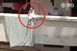 Thót tim nhìn bé gái ngồi vắt vẻo trên ban công nhà cao tầng sưởi nắng